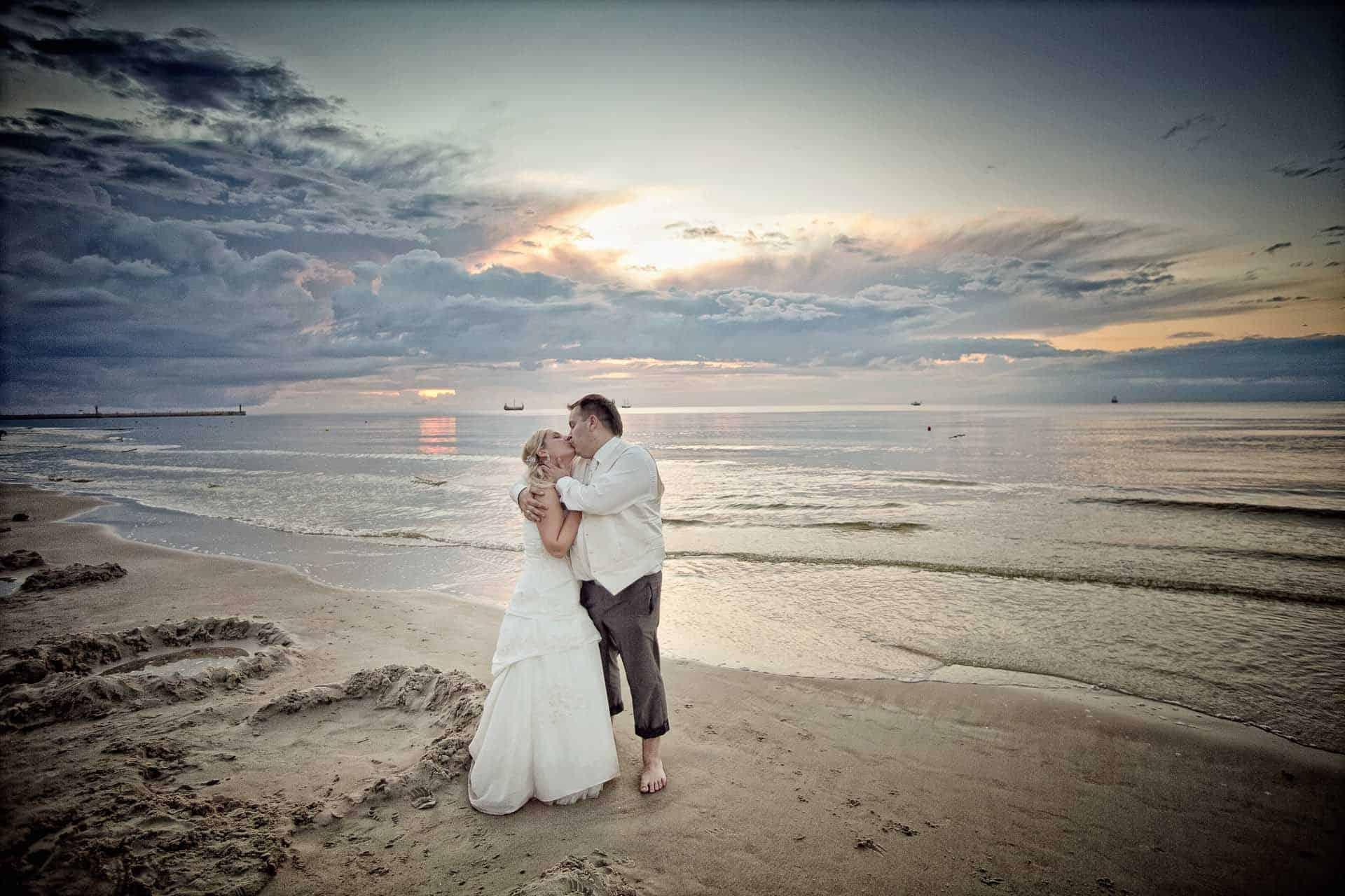 Poślubny plener fotograficzny na nadmorskiej plaży.