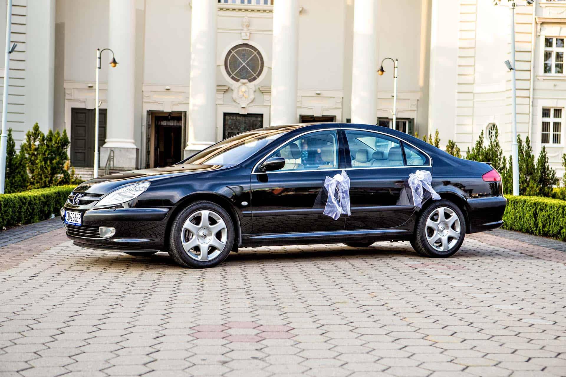 Samochód ślubny widziany z boku