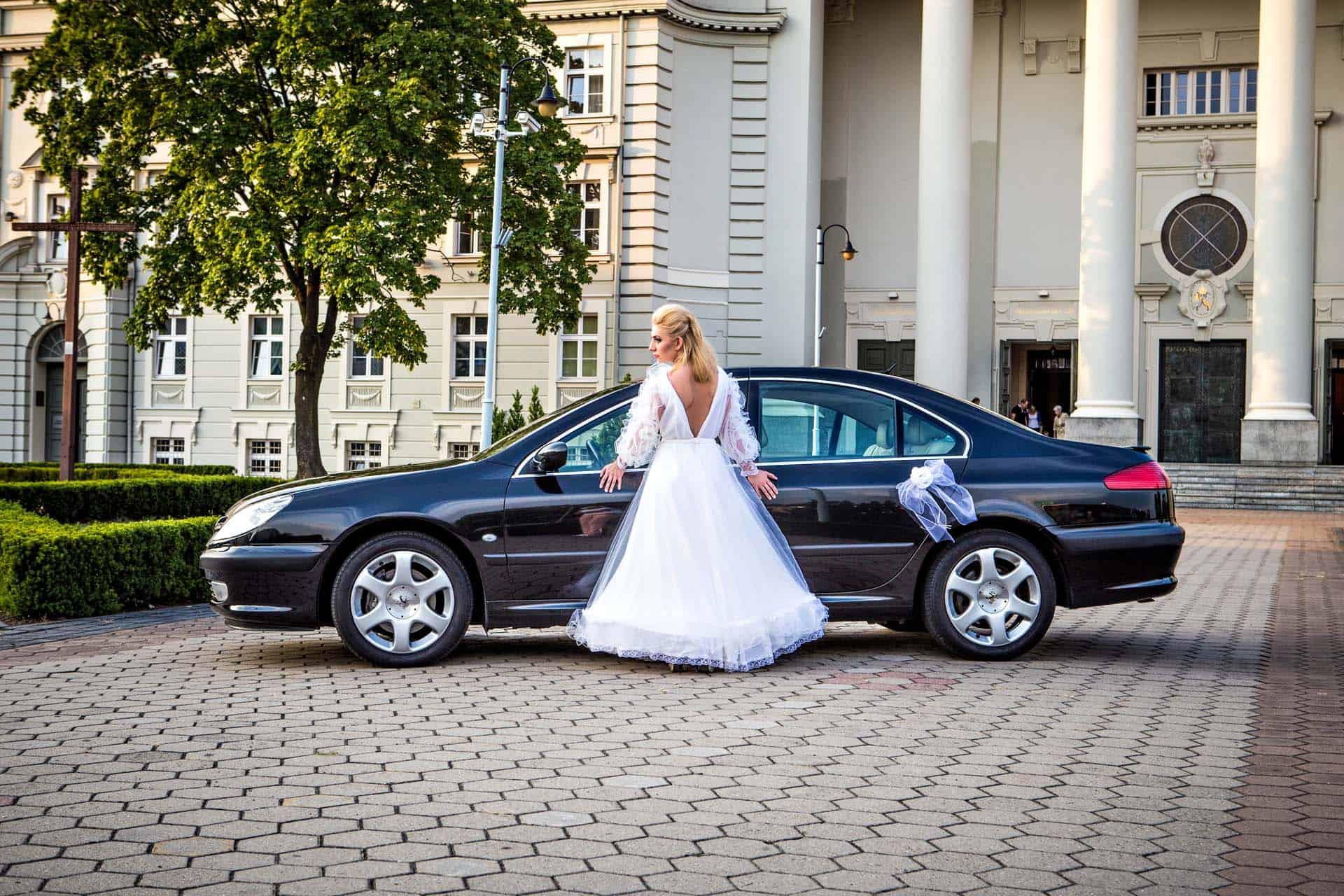 Samochód ślubny widziany z boku - Bazylika, Bydgoszcz
