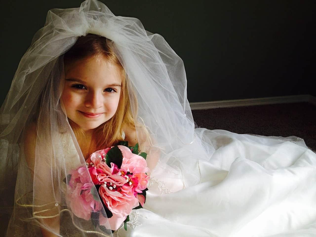 Dziecko - dziewczyna w welonie Panny Młodej na zdjęciu z wesela - fotografia ślubna Grupa 5D, Bydgoszcz.