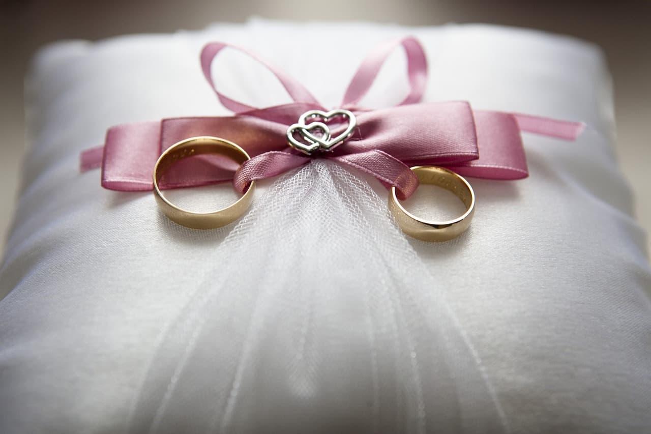 Obrączki pary młodej - fotografia ślubna.