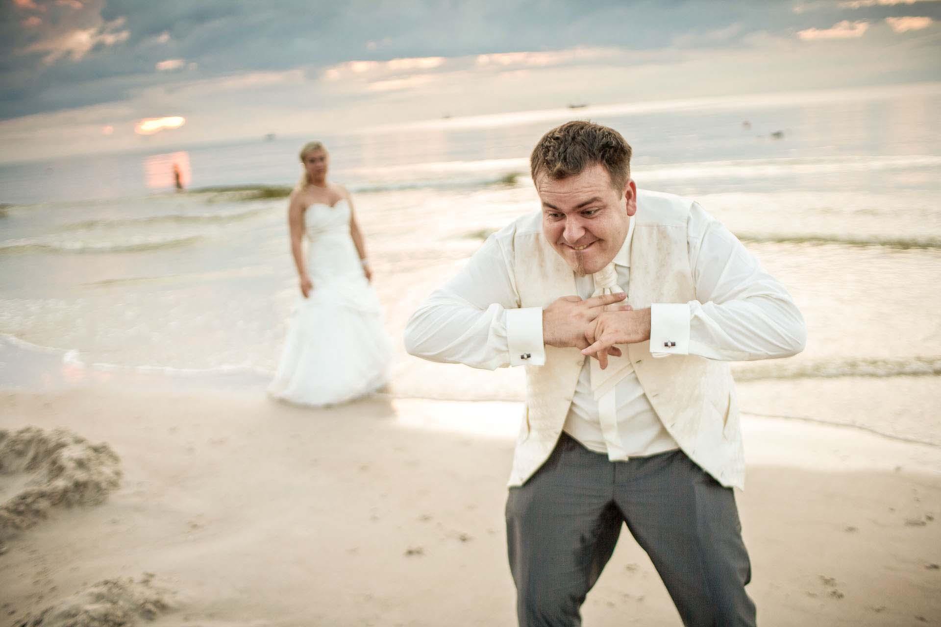 Plenerowa sesja zdjęciowa na nadmorskiej plaży.