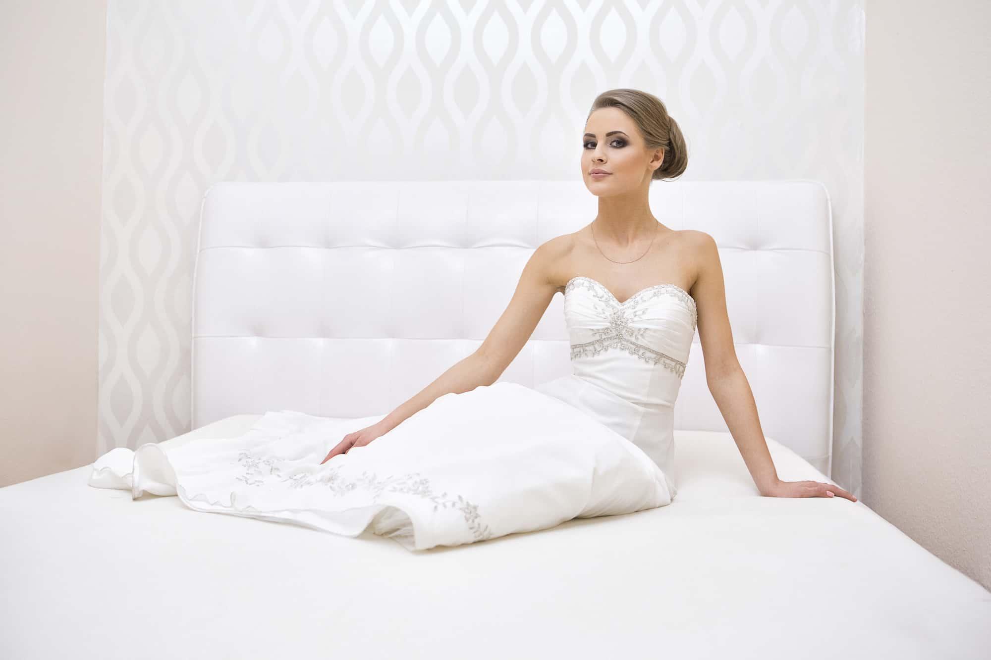 Panna Młoda Dominika na łóżku sypialnianym w klimatycznej sesji fotograficznej - Bydgoszcz.