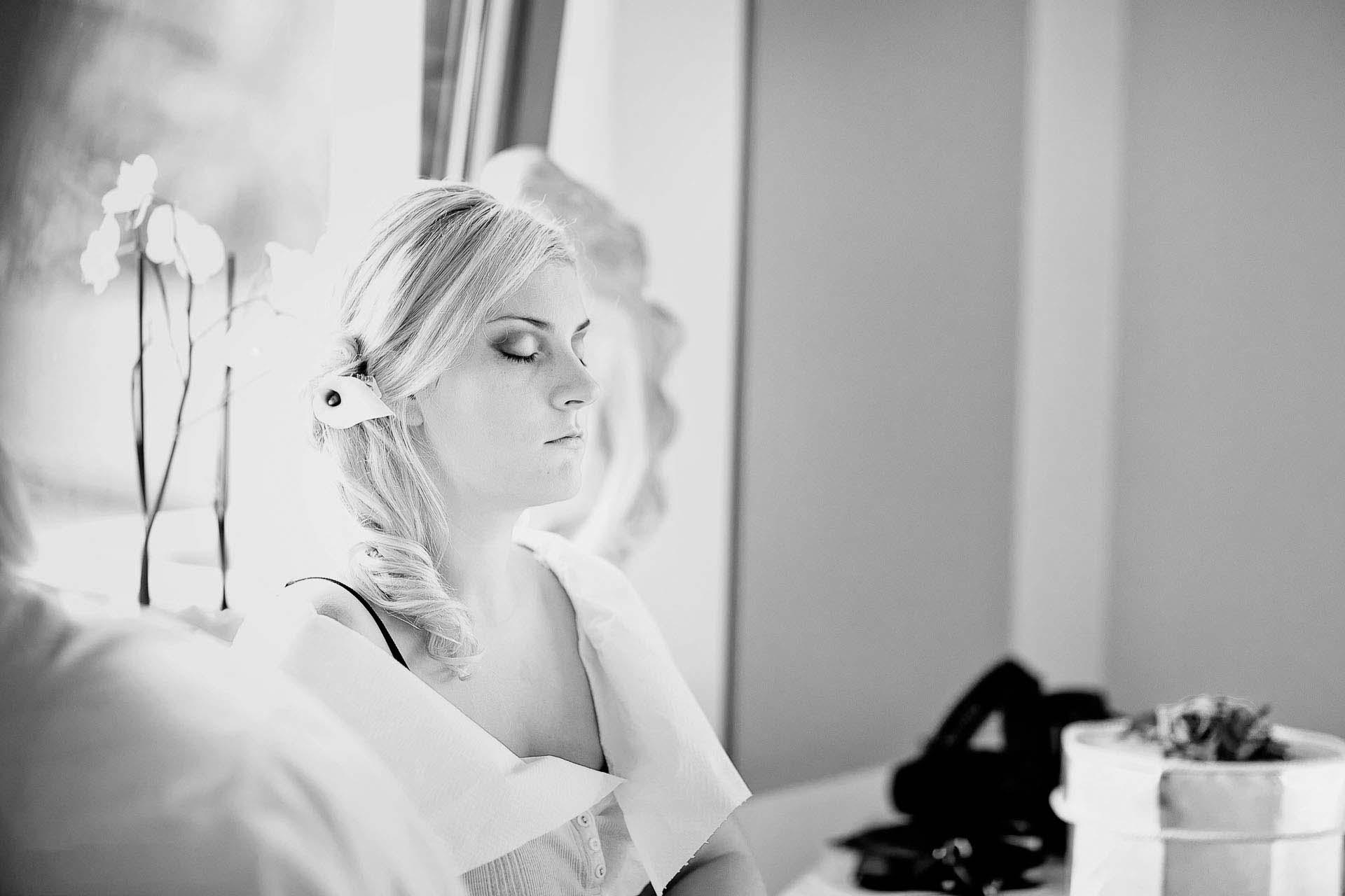 Fotografia z przygotowań do ślubu - Panna Młoda relaksuje się przed ceremonią.