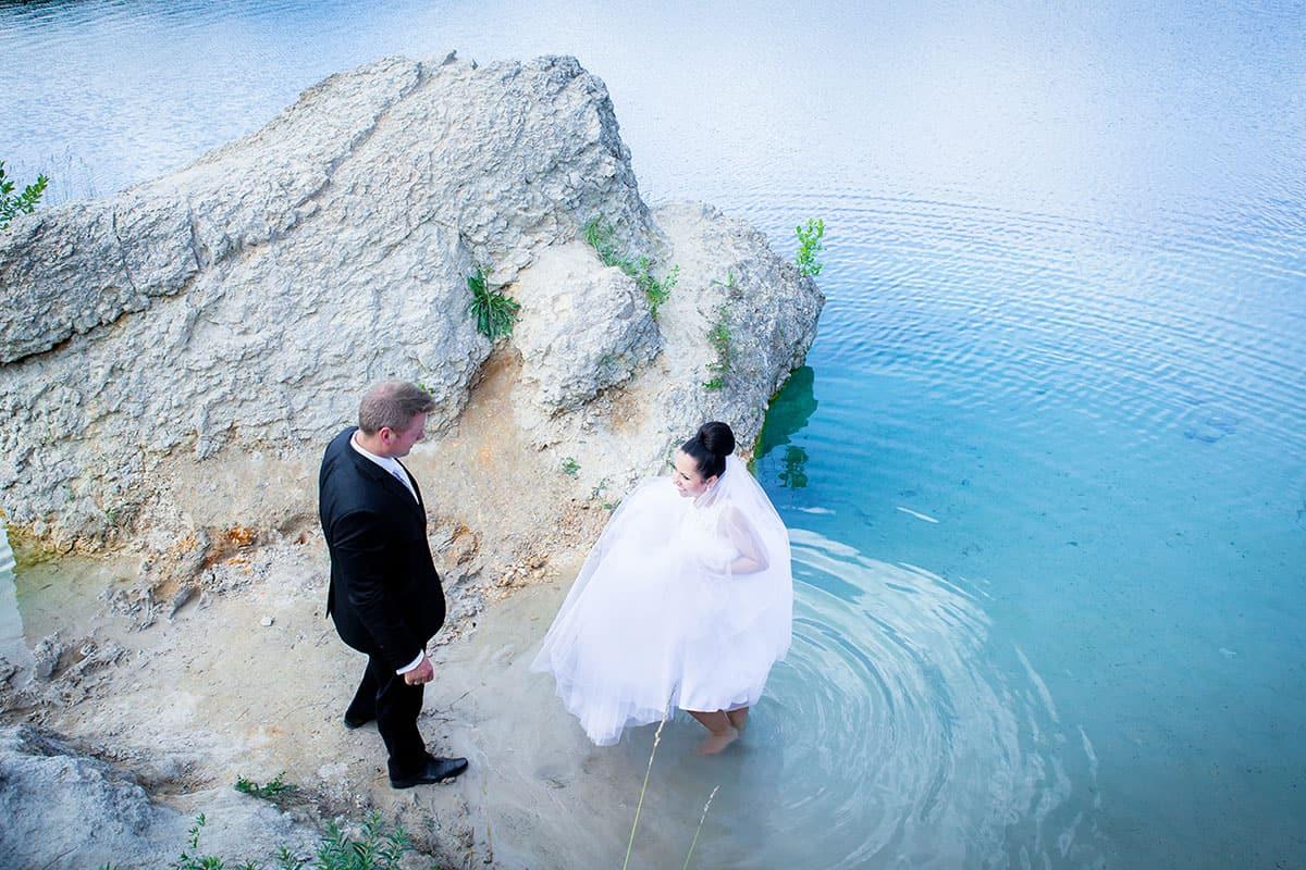 Fotografia ślubna w plenerze w Piechcinie koło Bydgoszcz - Panna Młoda przygotowana przez wizażystkę Karolinę - Atelierum.