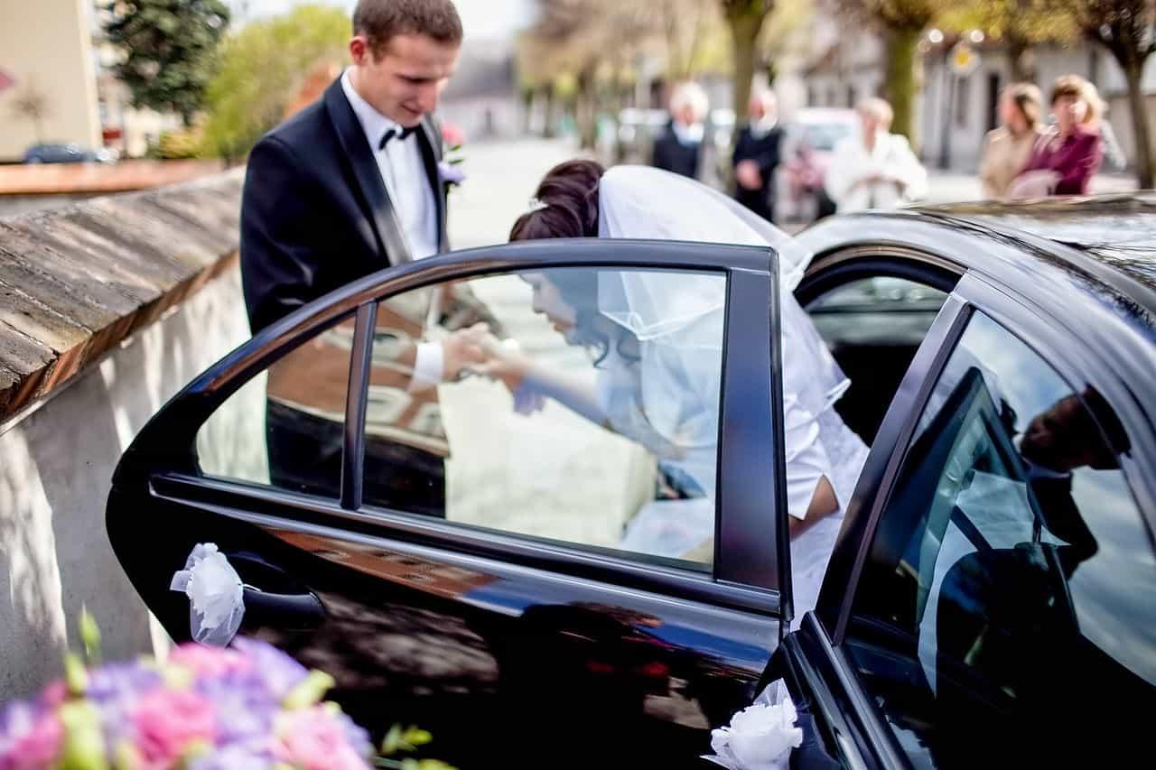 Panna Młoda wsiadająca do samochodu z pomocą Pana Młodego - Bydgoszcz, Grupa 5D.