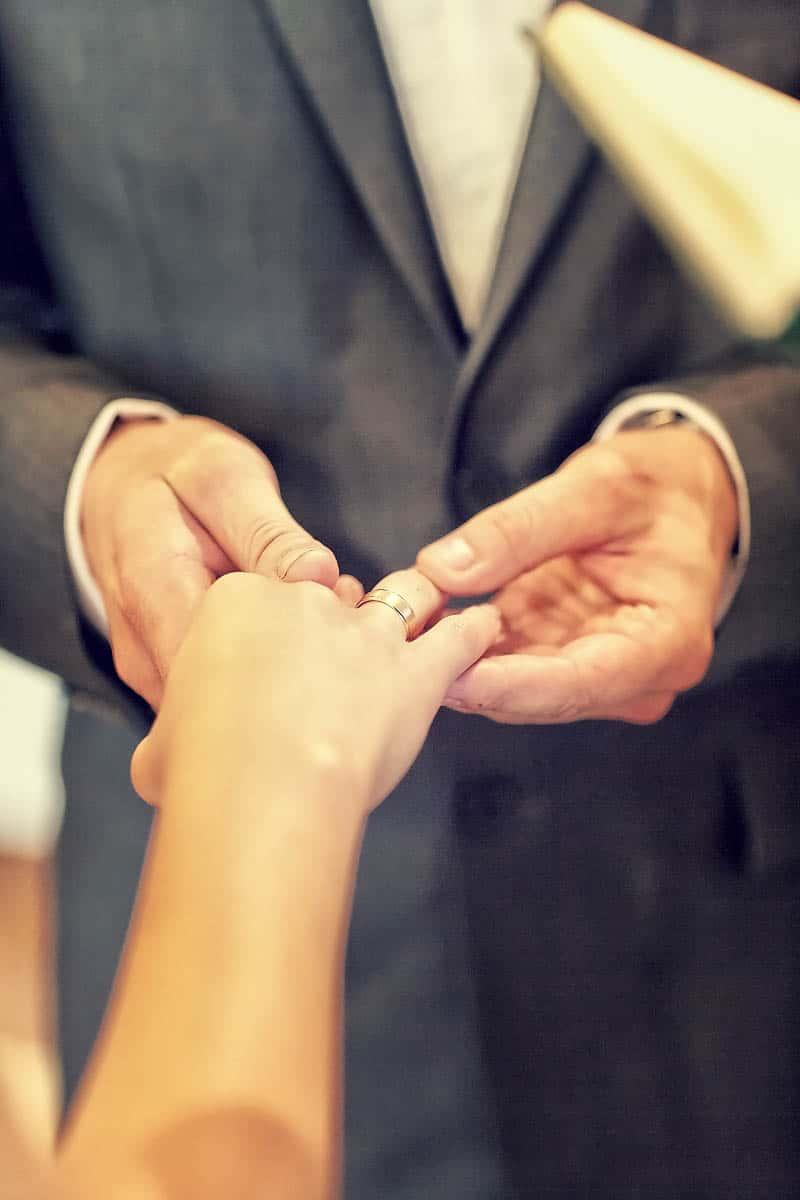 Marek nakładający obrączkę Justynie w trakcie ceremonii - fotografia ślubne Grupa 5D.