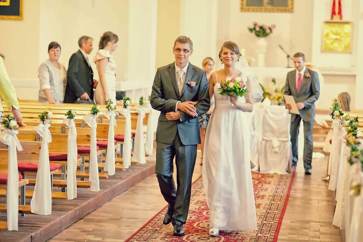 Para Młoda wychodząca z Kościoła - po ceremonii ślubnej - fotografia ślubna, Bydgoszcz.