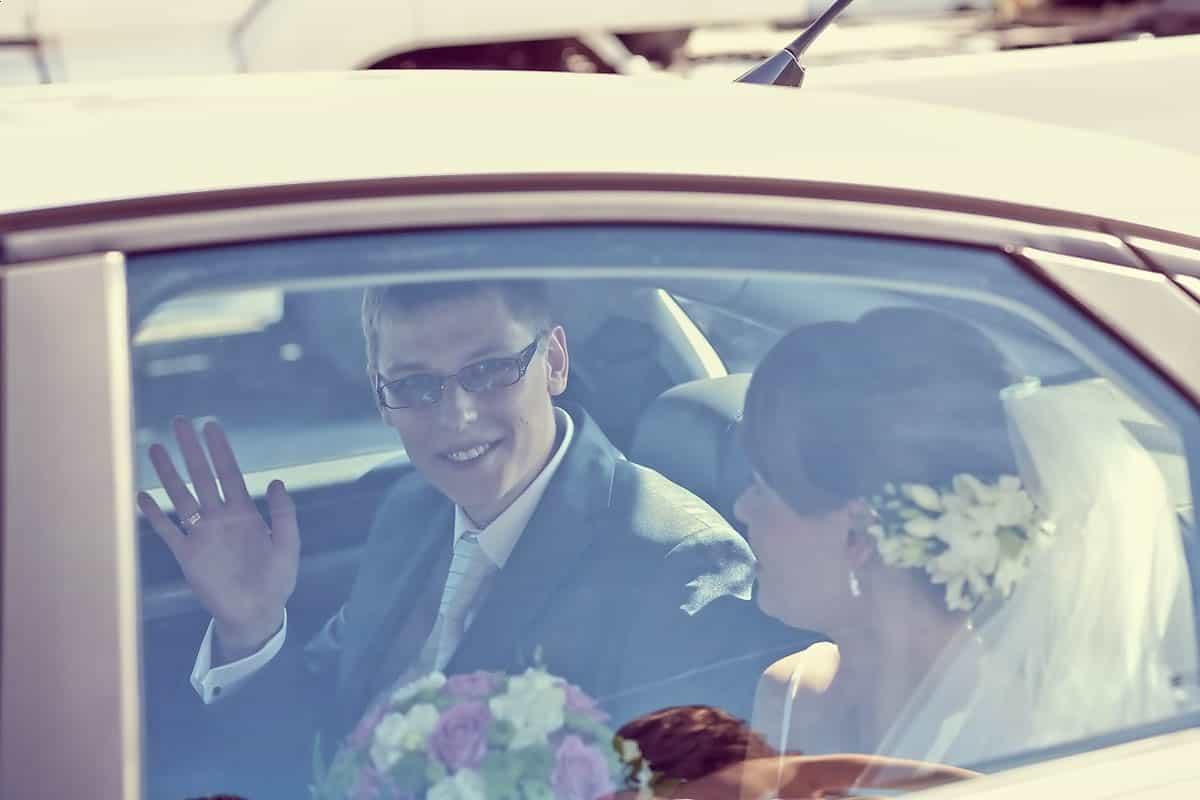 Państwo Młodzi dojeżdżający samochodem ślubnym z pod kościoła, Grupa 5D, Bydgoszcz.