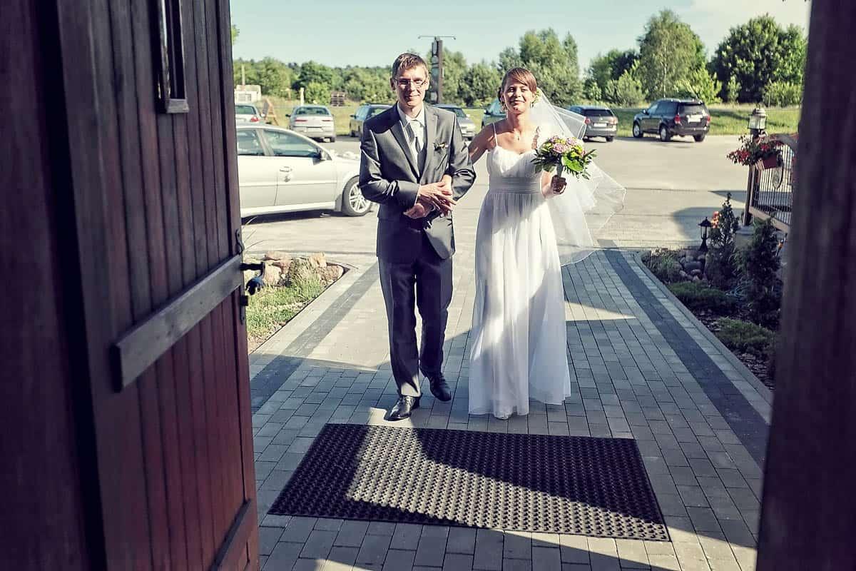 Justyna i Marek wchodzący do domu weselnego na własne przyjęcie - Grupa 5D, Bydgoszcz.