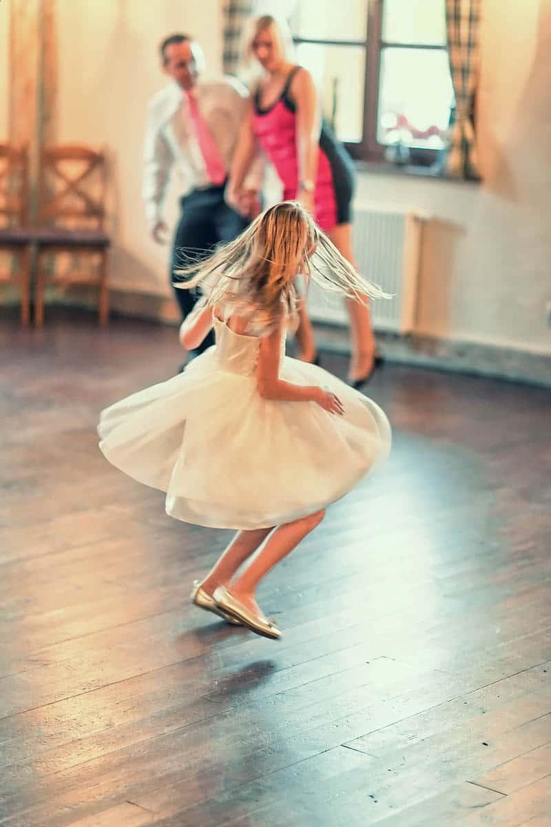 Mała dziewczynka w trakcie zabawy na przyjęciu weselnym - fotografia Grupy 5D, Bydgoszcz.