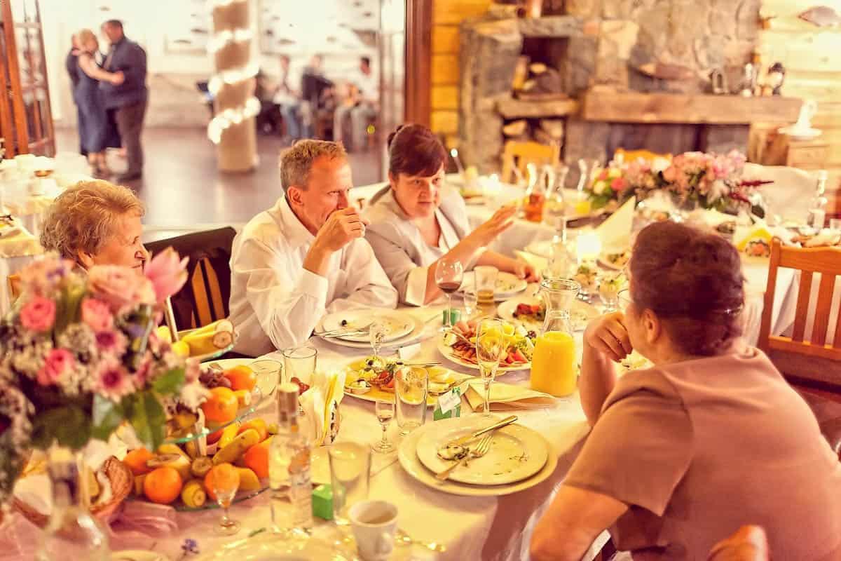 Goście weselny przy stole podczas przyjęcia weselnego - fotografia z wesela, Grupa 5D, Bydgoszcz.
