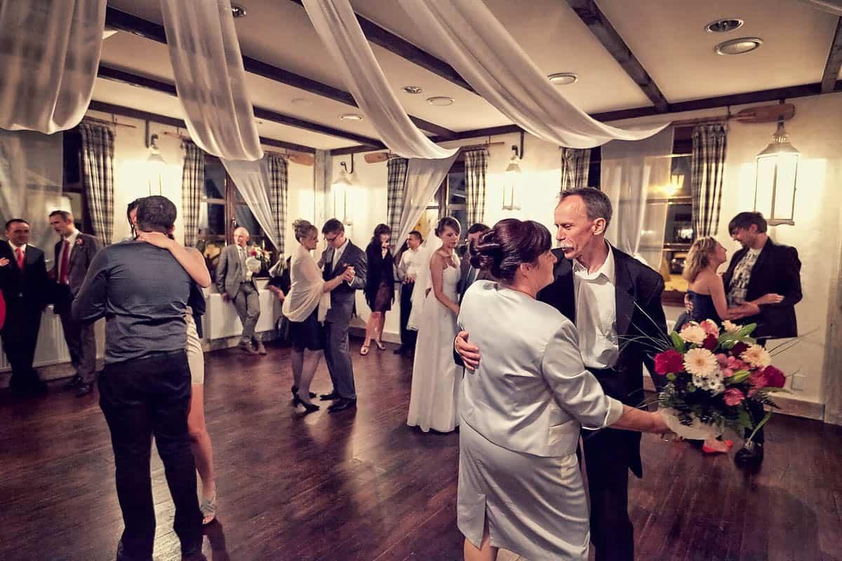 Goście weselny w trakcie zabawy tanecznej na przyjęciu Justyny i Marka - fotografia Grupy 5D, Bydgoszcz.