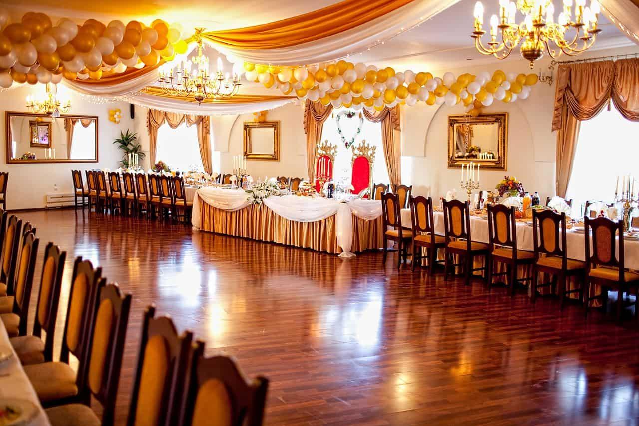 Sala weselna przygotowana na przyjęcie weselne Gosi i Karola - fotografia ślubna z Bydgoszcz.