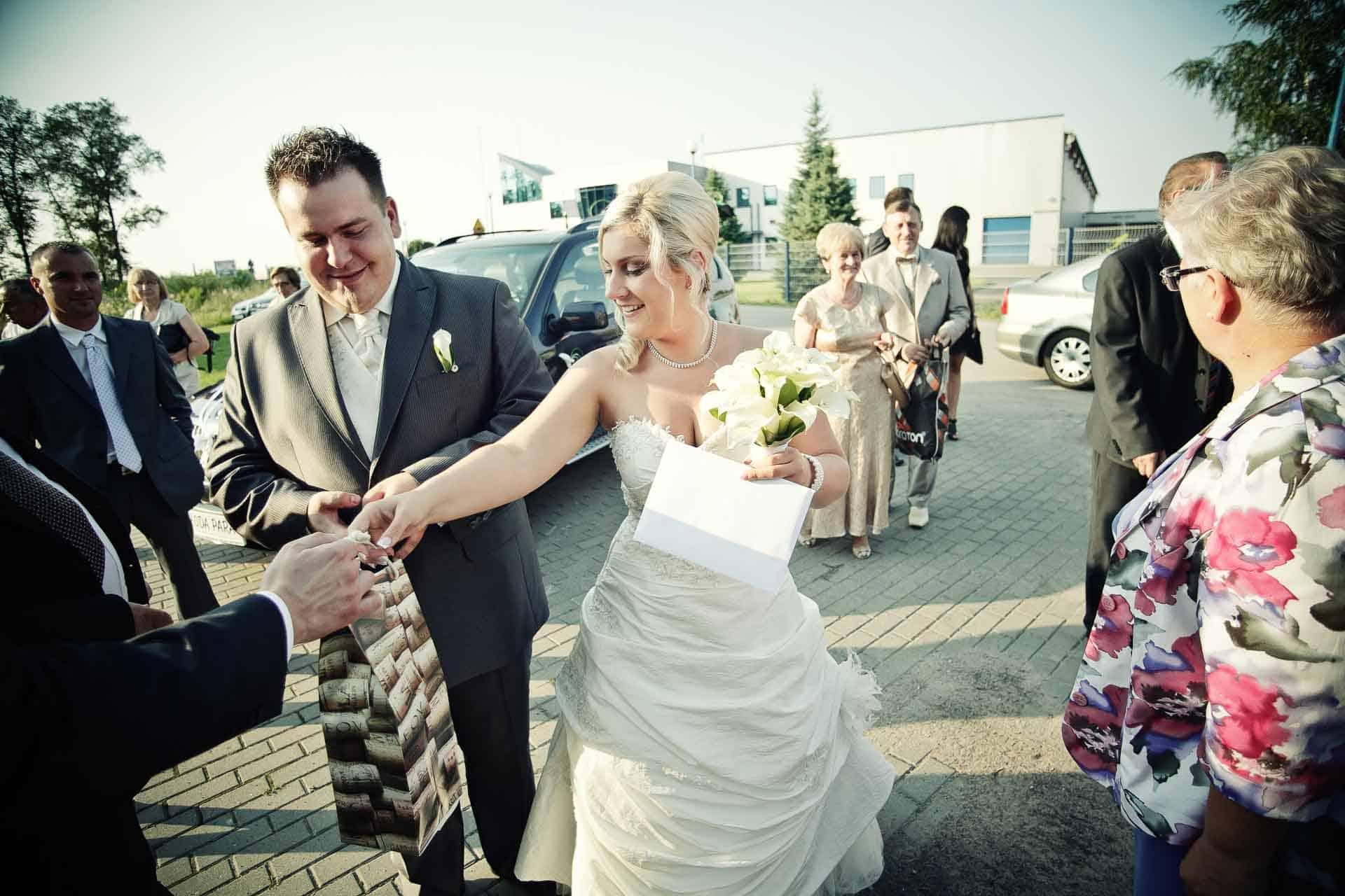 Kolorowa fotografia ślubna upamiętniająca chwile tuż po ceremonii  w kościele