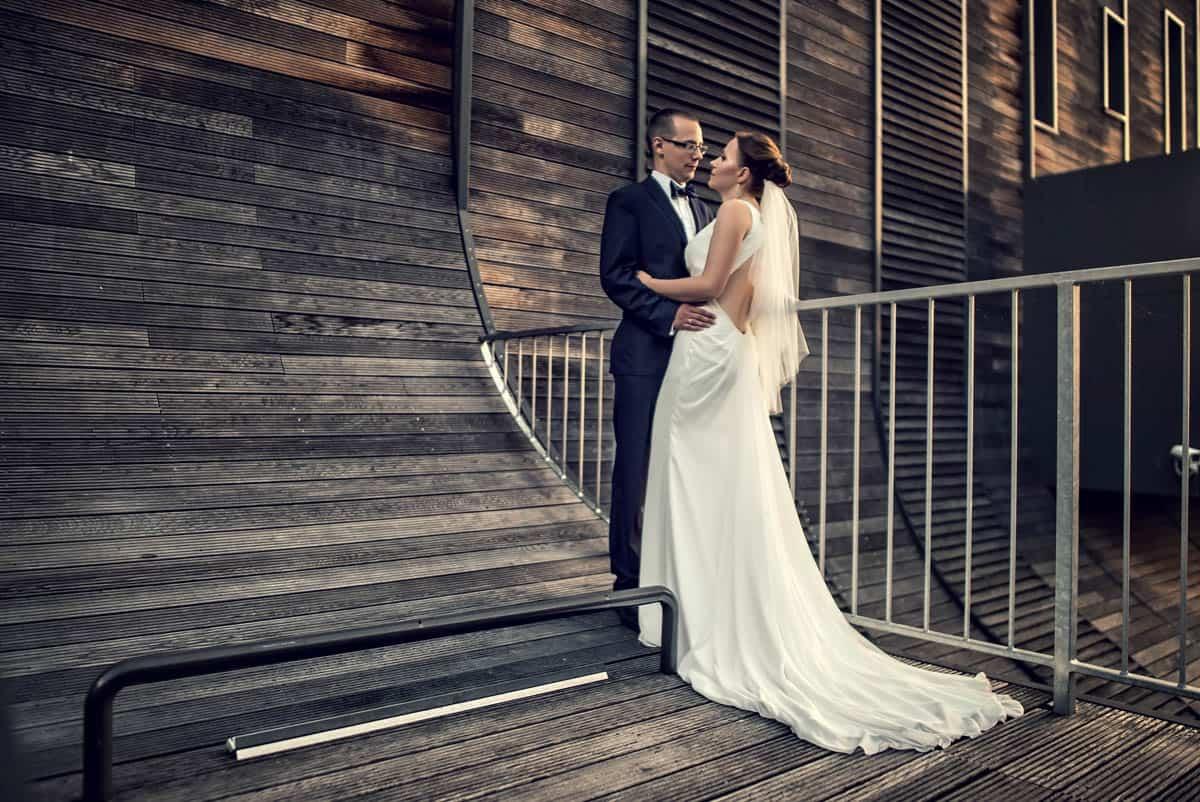 Romantyczny spojrzenie młodej pary Szymona i Elizy w trakcie zdjęć w Bydgoszczy.