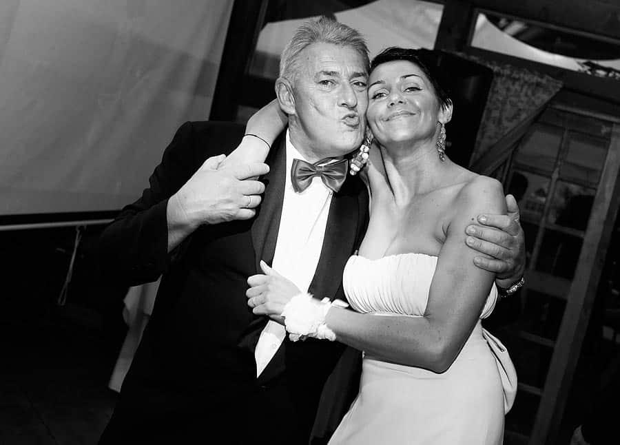 Goście weselni na przyjęciu poślubnym - zdjęcie ślubne z wesela w Bydgoszczy