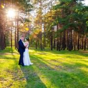 Fotografia ślubna z pleneru wykonana przez Grupę 5D z Bydgoszczy na tle lasu.