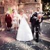 Fotografia ślubna (Karoliny i Rafała) przed kościołem, po ceremonii zaślubin - obsypywanie ryżem na szczęście.