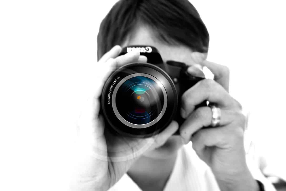 Profesjonalny fotograf ślubny korzysta z lustrzanki