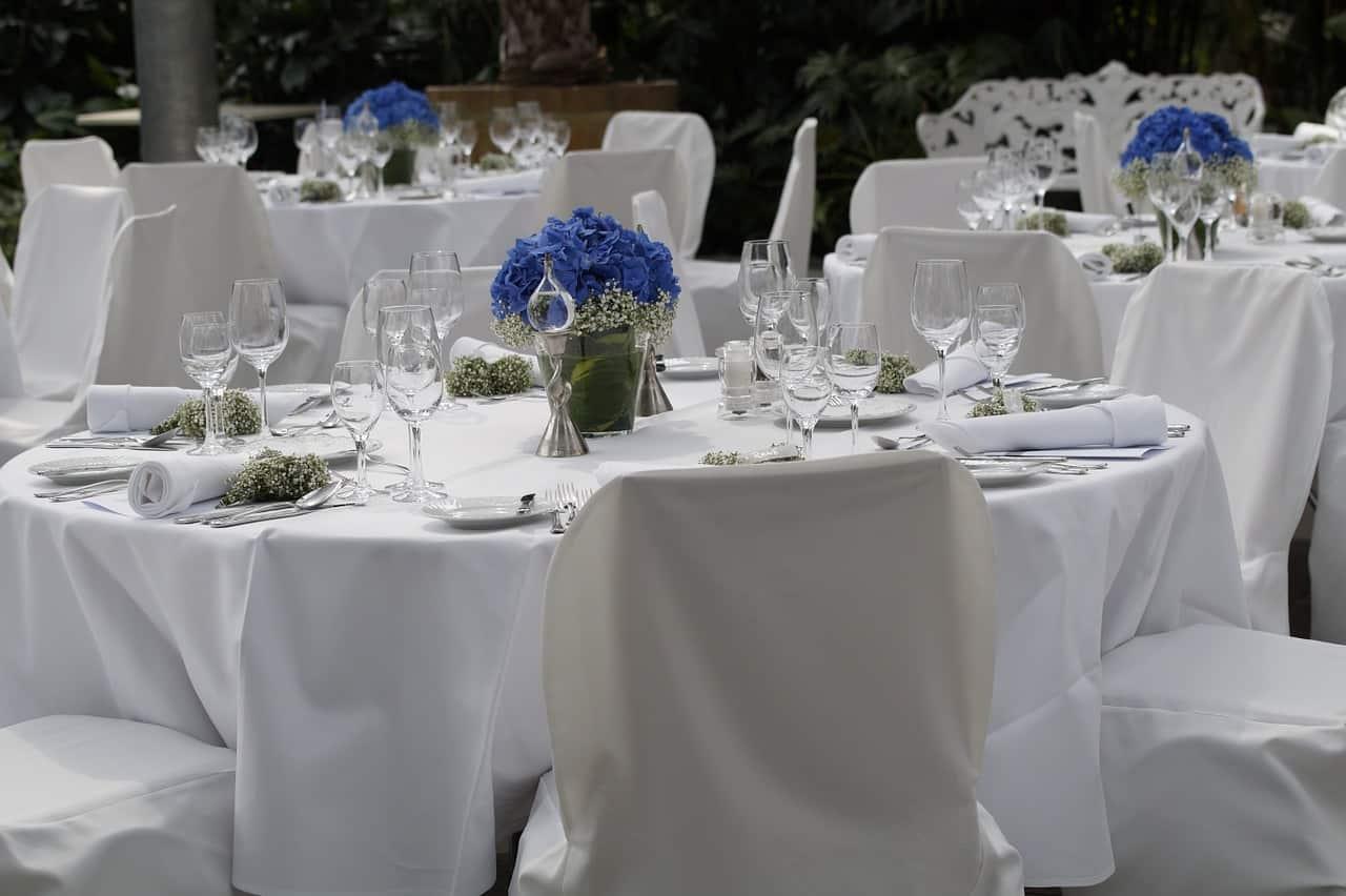 Dekoracje stołów na przyjęciu weselnym Pary Młodej - fotografia ślubna, Grupa 5D.