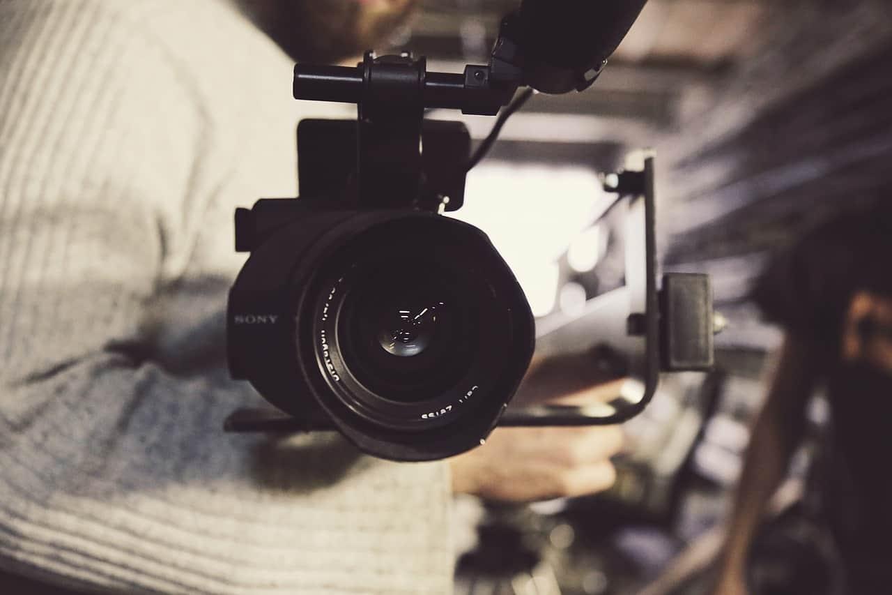 Kamera wideo podczas pracy wideofilmowca - Grupa 5D, Bydgoszcz.