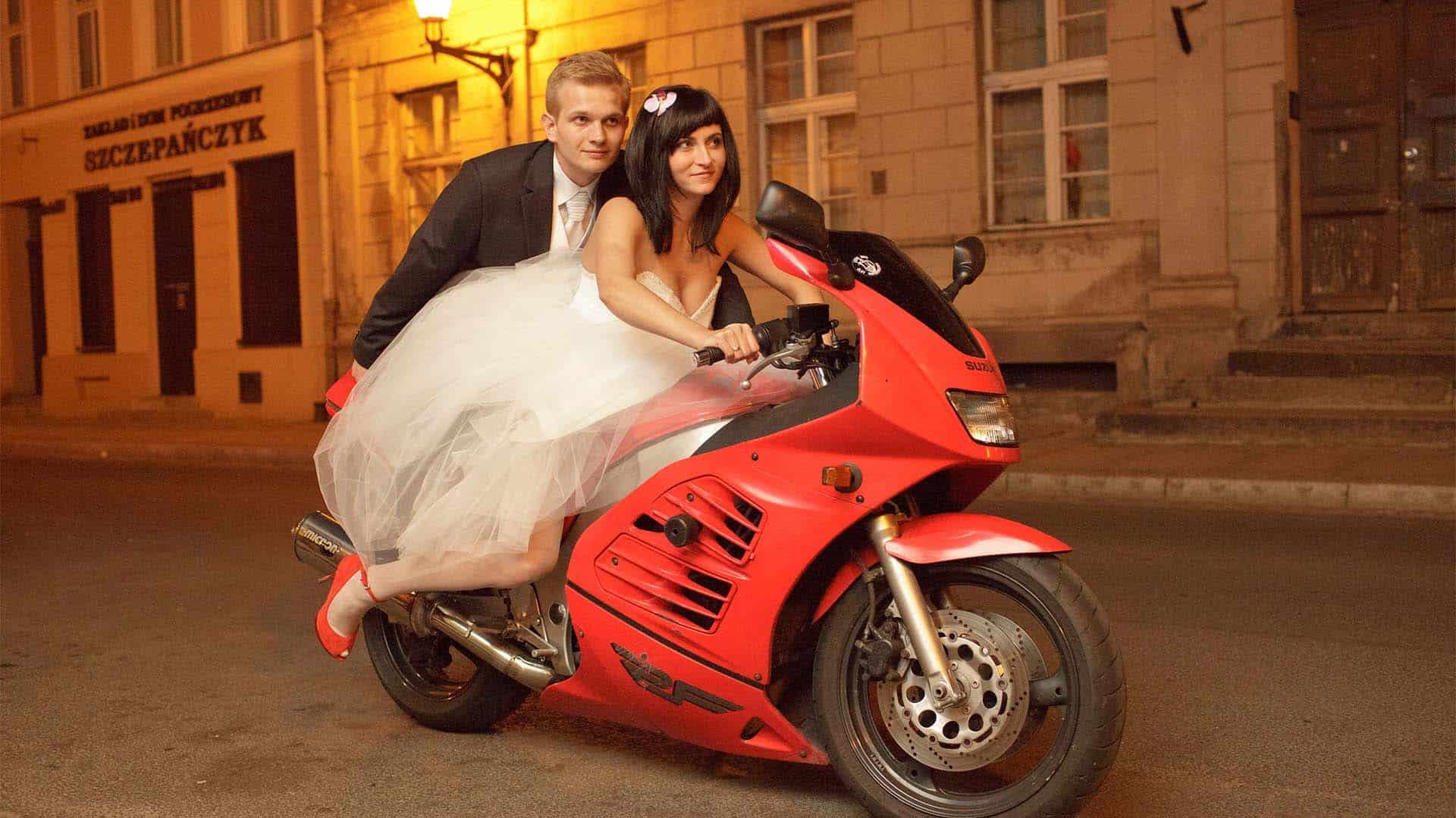 Plenerowe zdjęcia poślubne na motocyklu.