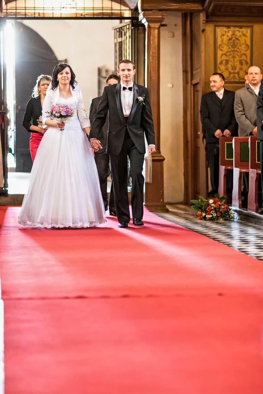 Państwo Młodzi przed ślubnym kobiercem - zdjęcia z ceremonii zaślubin.