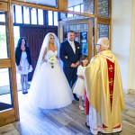 Ksiądz witający Parę Młodą przed ślubem w kościele - Grupa 5D.