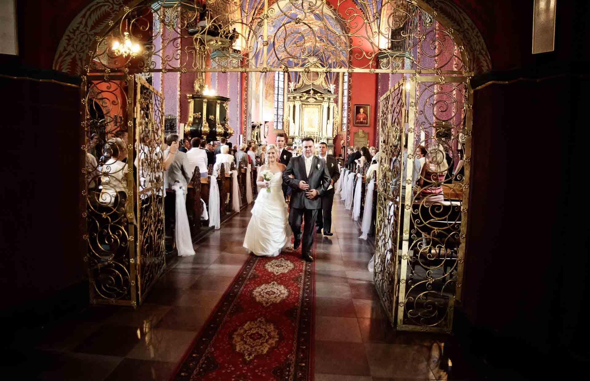 Para Młoda wychodząca z kościoła - fotografia ślubna Bydgoszcz.