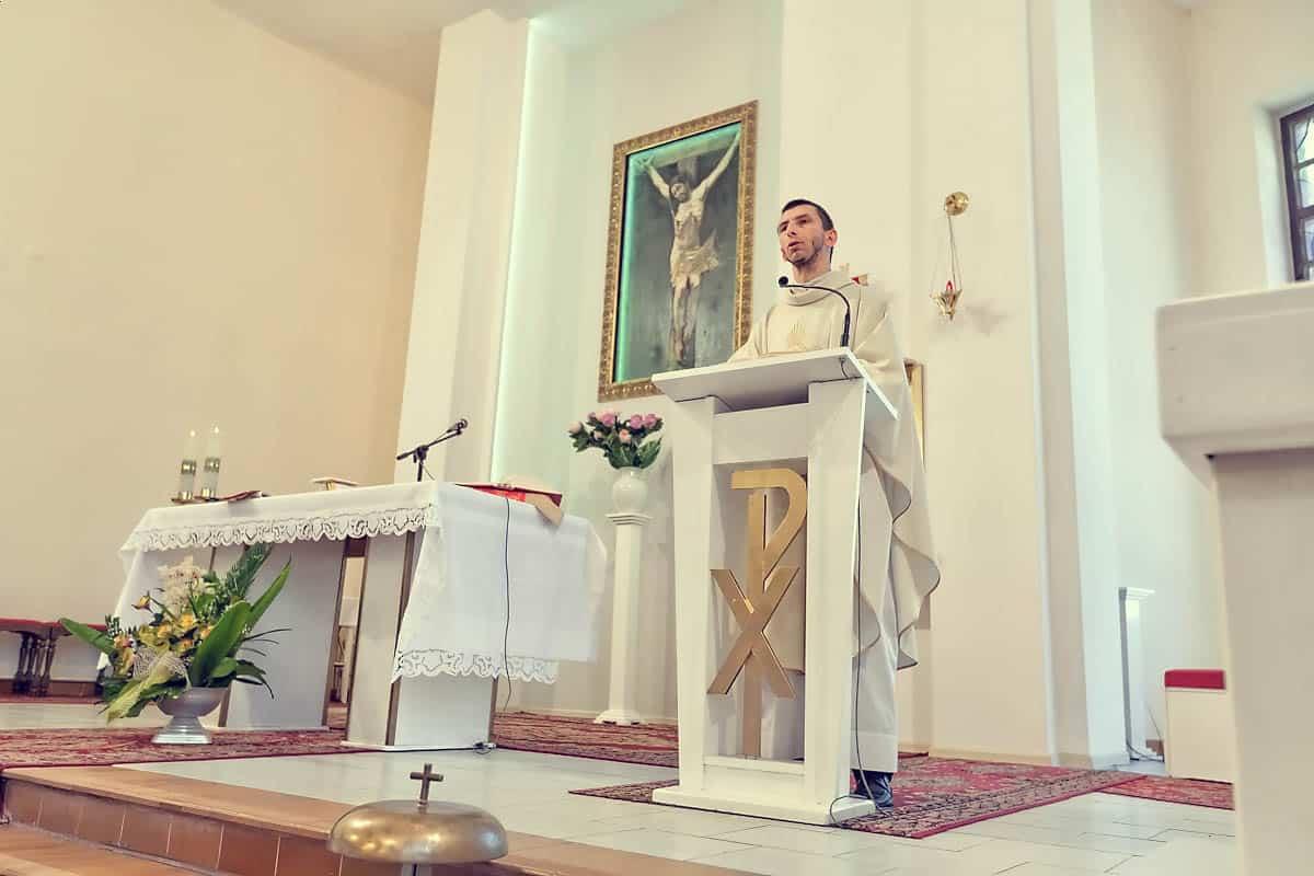Fotografia księdza udzielającego sakramentu małżeństwa Justynie i Markowi - Bydgoszcz.