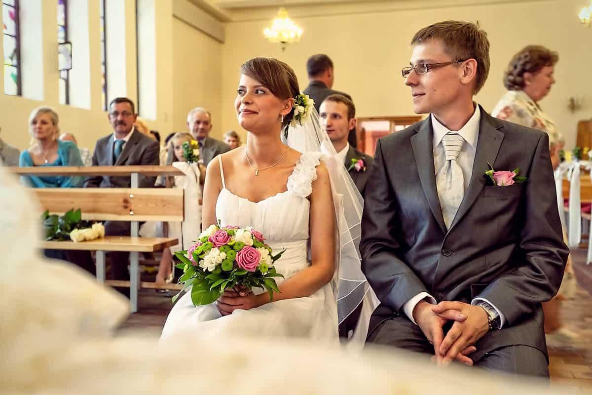 Justyna i Marek na zdjęciu ze ze swoimi gośćmi w tle.