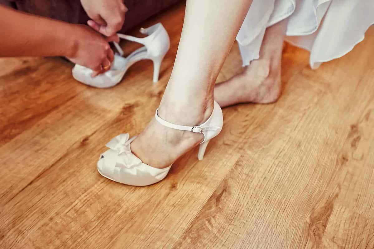 Fotografia ślubna z przygotowań Justyny - biały but ślubny Panny Młodej.