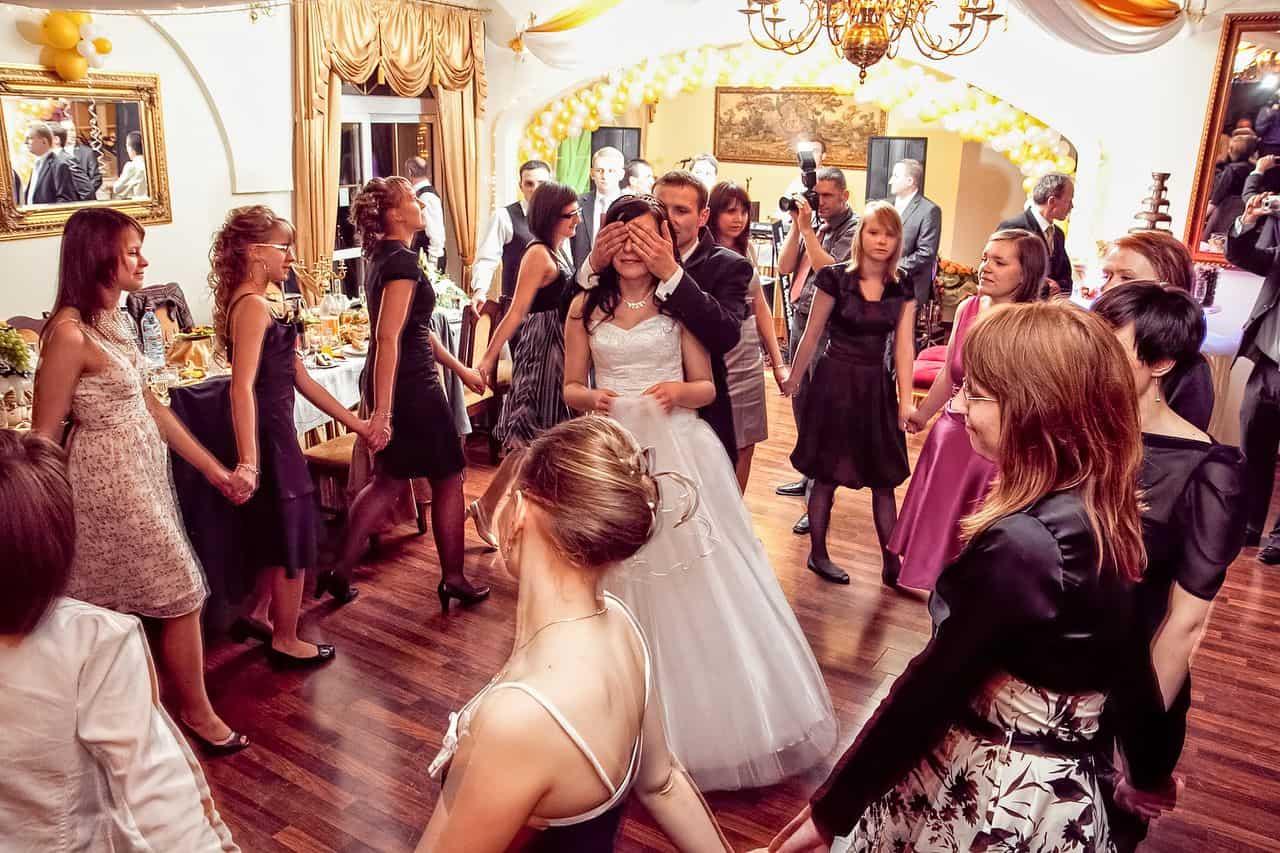 Panna Młoda rzucająca welon podczas zabawy weselnej na oczepinach - fotografia ślubna z wesela Gosi i Karola.