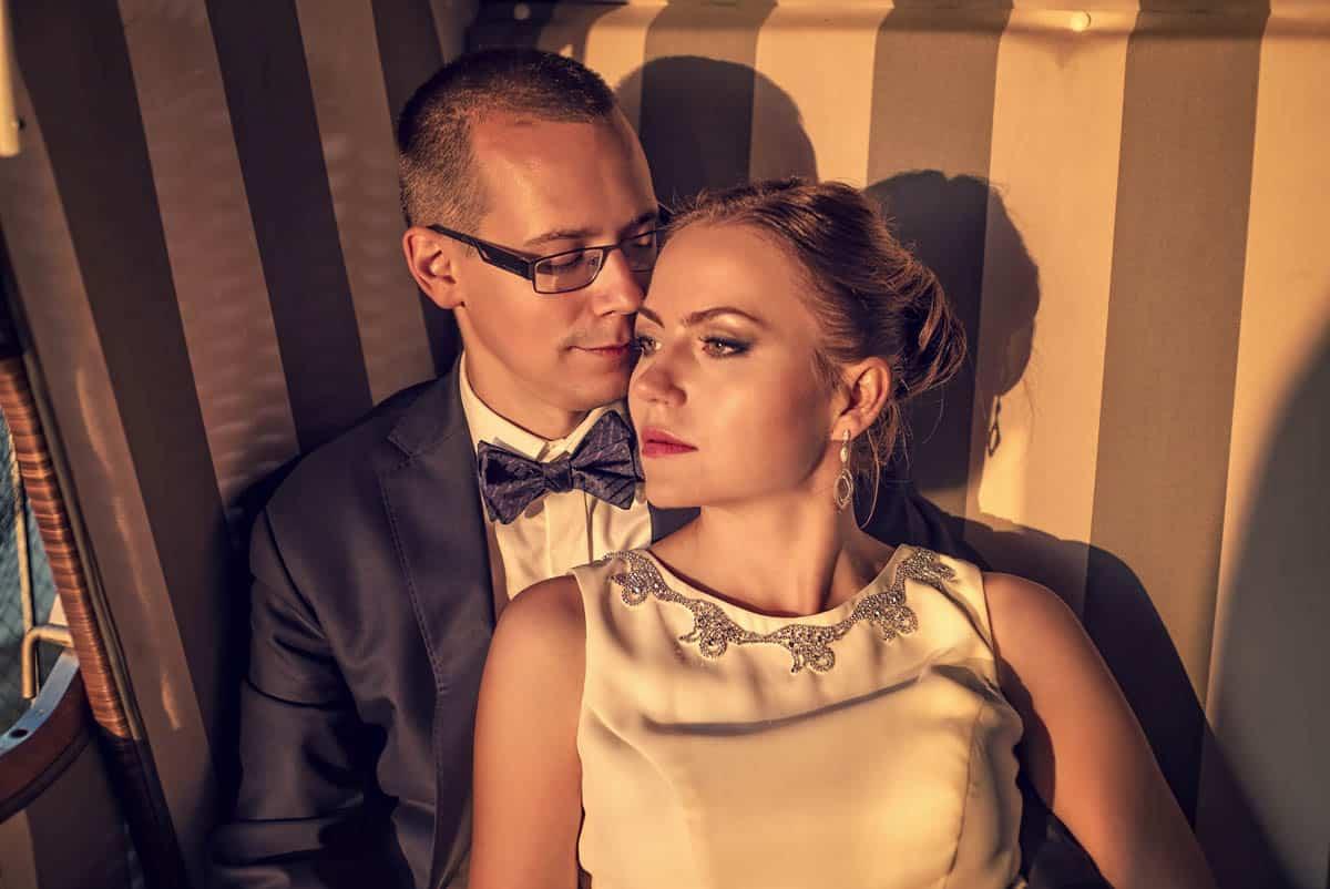 Fotografia ślubna z pleneru Elizy i Szymona w promieniach słońca.