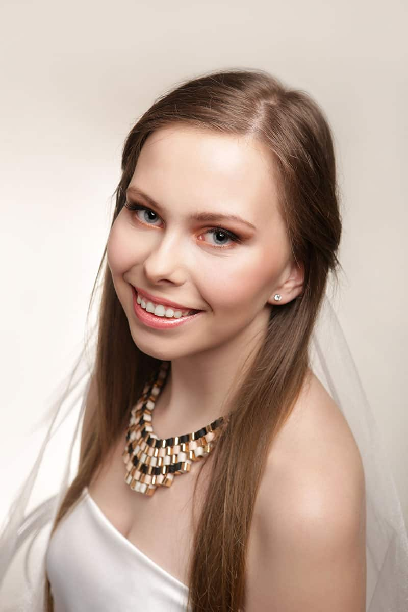 Portret Panny Młodej w studio fotograficznym.