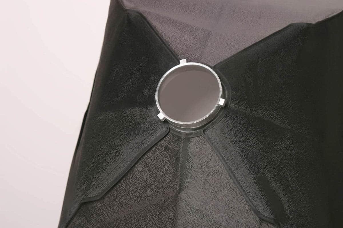 Sprzęt do wynajmujących studio fotograficzne - mocowanie lampy Softbox