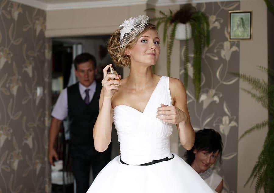 Fotografia ślubna Panny Młodej tuż przed wyjściem na ceremonię