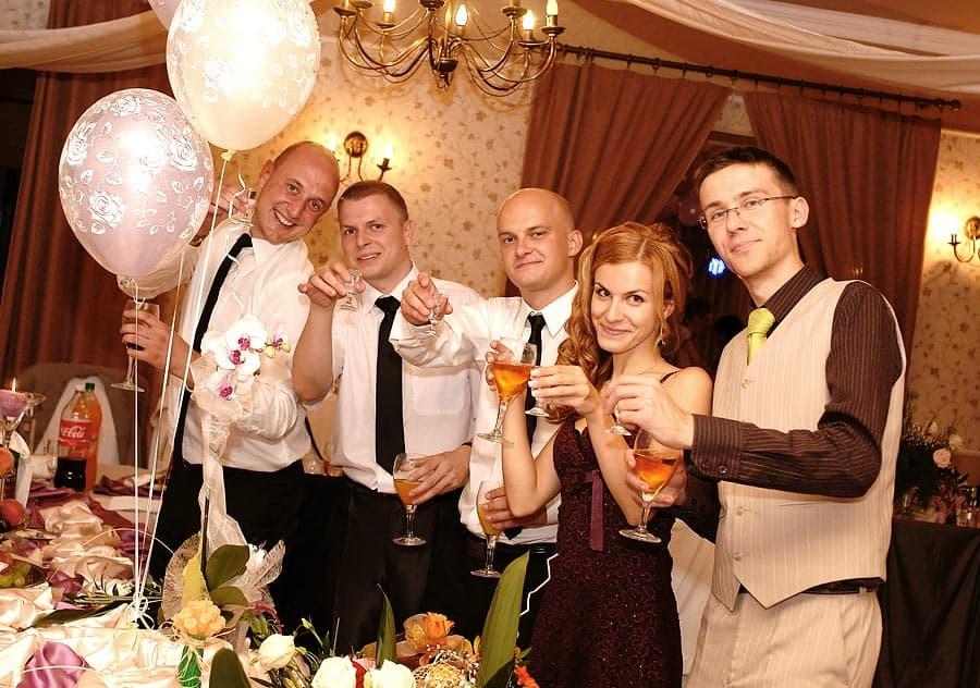 Przyjaciele Pary Młodej wznoszący toast za zdrowie Nowożeńców - Grupa 5D, Bydgoscz.