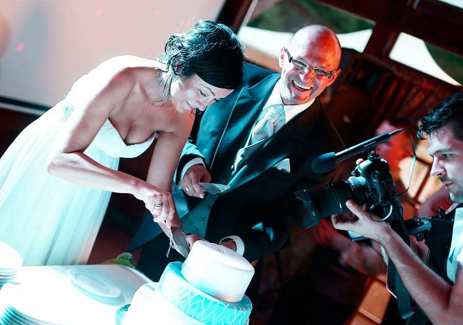 Fotografia ślubna z wesela - krojenie tortu przez Parę Młodą na weselu w Bydgoszcz.
